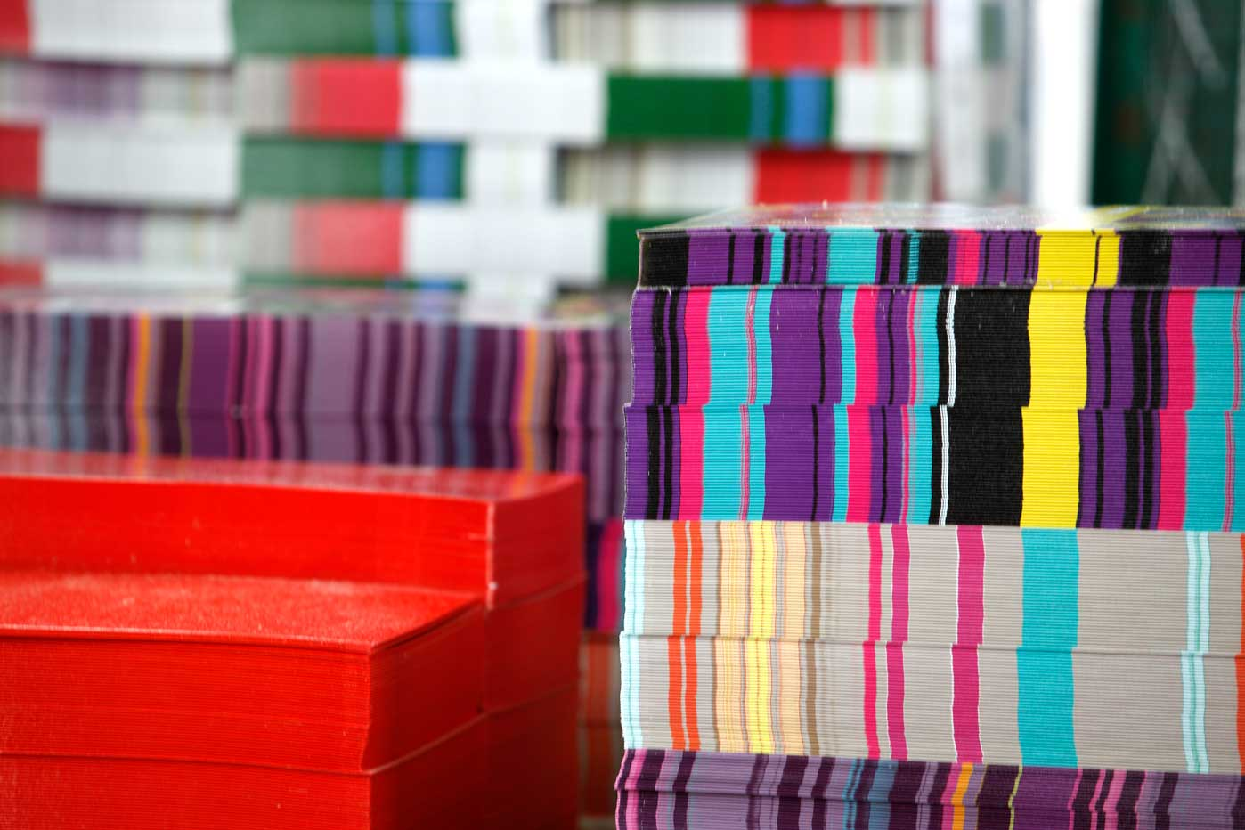 monton de laminas de carton de colores