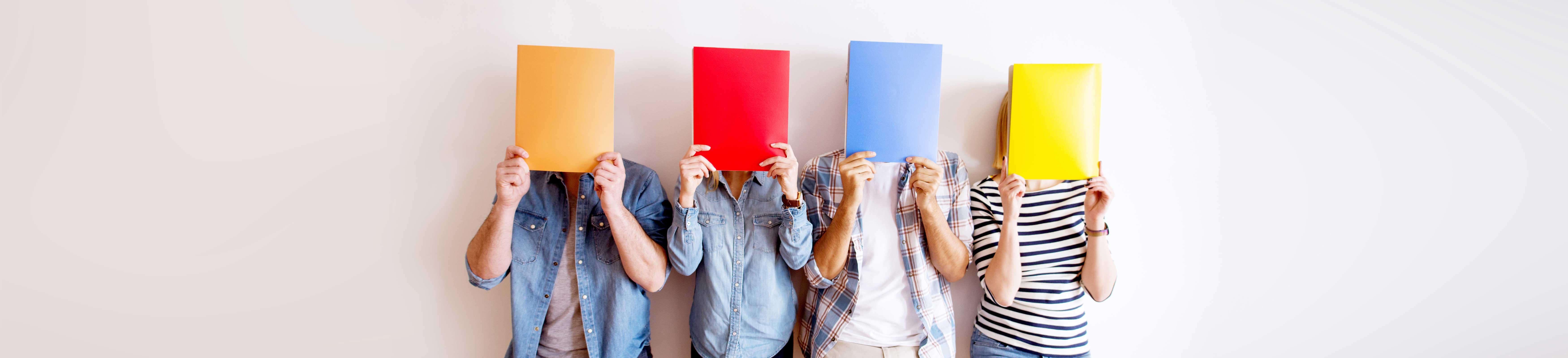 personas con cartulinas de color en la cara